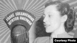 "Елена Якобсон у микрофона ""Голоса Америки"", 1947"