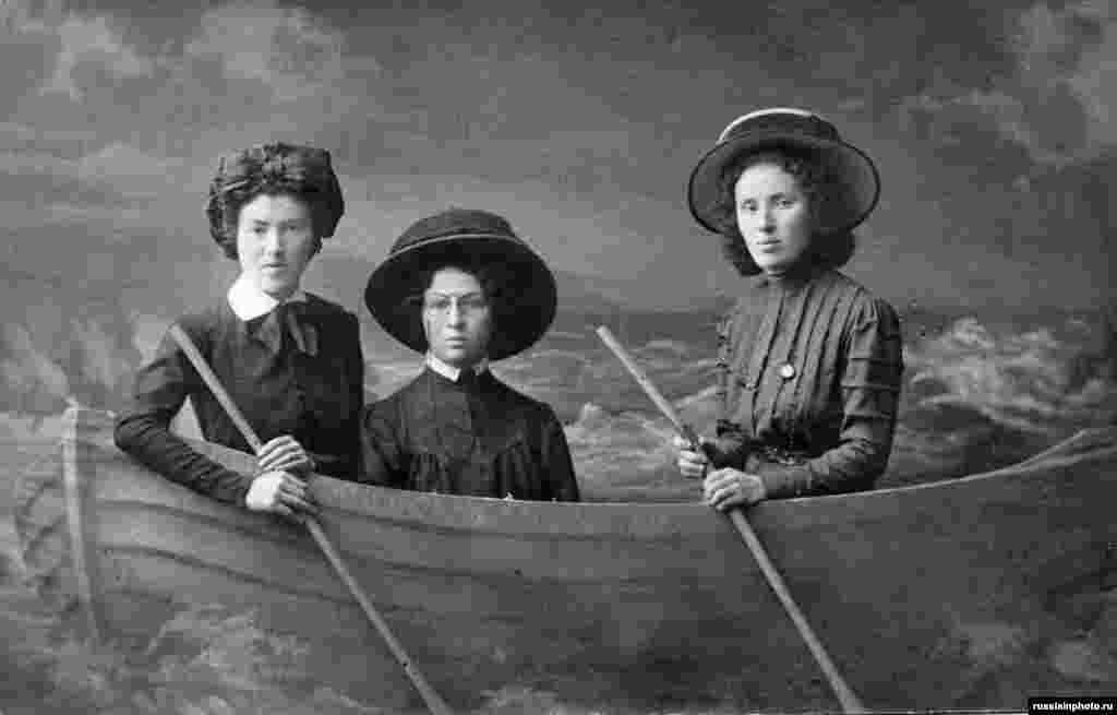 Дамы в лодке гребут.