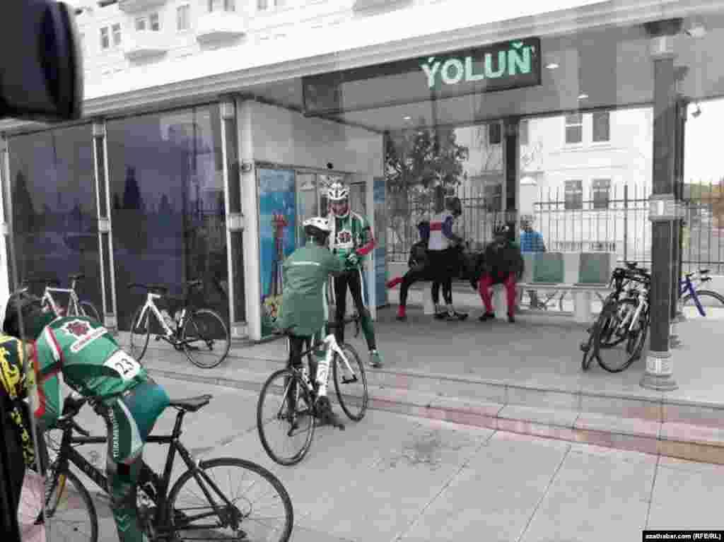 Велосипедисты - участники, организуемых властями, велосипедных заездов