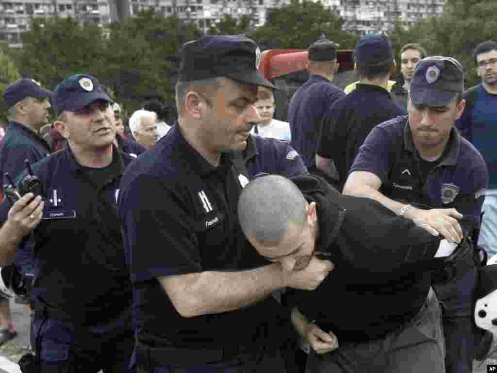 Policija smiruje proteste tokom NATO konferencije u Beogradu, 12. juni 2011, Foto: AP/Darko Vojinović