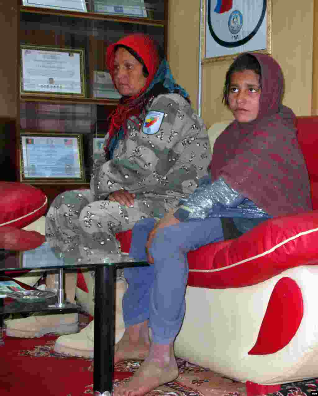 6 января афганская полиция задержала девочку, на которой был «пояс смертника». Как сообщили в полиции, она собиралась подорвать себя вблизи полицейского участка в провинции Гильменд, однако ей не удалось это сделать. Предполагается, что совершить самоподрыв девочку уговорил её брат - один из полевых командиров талибов. Однако талибы опровергли причастность боевиков к инциденту с девочкой. Один из лидеров талибов, Кари Юсеф Ахмади, назвал обвинения «пропагандой» афганского правительства. Он утверждает, что, в соответствии с правилами талибов, смертниками могут быть только взрослые мужчины-добровольцы.