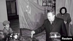 Қазақ ССР президенттігіне кандидат Нұрсұлтан Назарбаев сайлау учаскесінде дауыс беріп тұр. Алматы 1 желтоқсан 1991жыл.