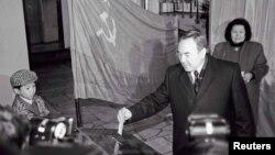 Президенттікке кандидат Нұрсұлтан Назарбаев жұбайы Сара Назарбаева және жиені Нұралымен бірге дауыс беруге келген сәті. Алматы, 1 желтоқсан 1991 жыл.
