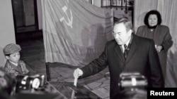 Кандидат в президенты КазССР Нурсултан Назарбаев опускает в урну избирательный бюллетень на президентских выборах. Алматы, 1 декабря 1991 года.