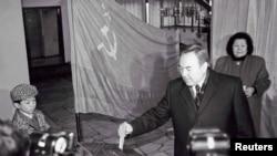 Нұрсұлтан Назарбаев сайлау учаскесіне жұбайы Сарамен және жиені Нұрәлимен (сол жақта) алғашқы президент сайлауында дауыс беріп тұр. Алматы. 1 желтоқсан, 1991 жыл.