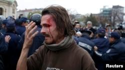 Болгария парламентинин жанындагы нааразылык акциясы кезде полициянын таягынан жараат алган студент Александр Попов. 12-ноябрь 2013