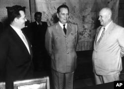 'Edvard Kardelj, koji je uobražavao da je najznačajniji slovenački mislilac (Na fotografiji sa Titom u posjeti Hruščovu, Moskva, 19569, takoreći je izbrisao Janeza Blajvajza iz slovenačkog kolektivnog sećanja.'