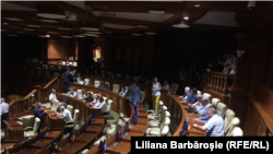 Ședința parlamentului de la Chișinău se desfășoară pe întuneric