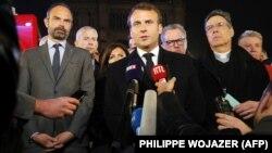 Ֆրանսիայի նախագահ Էմանյուել Մակրոնը Փարիզի Աստվածամոր տաճարի մոտ՝ հրդեհի գիշերը, 15-ը ապրիլի, 2019թ․