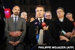 Președintele Emmanuel Macron, însoți de Anne Hidalgo, primarul Parisului, primul ministru Edouard Philippe și ministrul culturii Franck Riester aseară lîngă Notre Dame