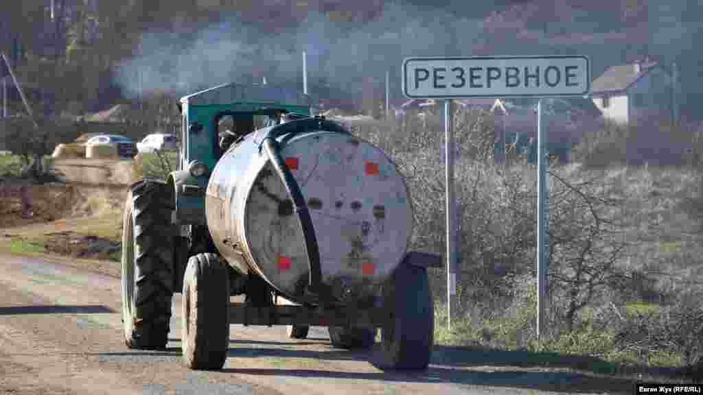 Розташоване по сусідству з Гончарним село Резервне також має проблеми з водопостачанням. Ще до російської анексії Криму бізнесмени і чиновники зводили тут заміські будинки, незважаючи на те, що в селі завжди були проблеми з водою. Вартість будівництва водопроводу в Варнаутській долині ще в 2011 році оцінювалася у 8 мільйонів гривень. За період російської анексії Криму воду у Варнаутську долину не провели