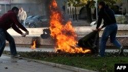 Njerëzit duke u përpjekur për ta shpëtuar femrën e cila mbrëmë e ka ndezur vetëveten në Sofje