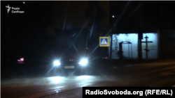 Машина, якою користується Артем Ситник, їде від резиденції Порошенка