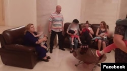 Дети семьи Сусляк перед возвращением на Украину