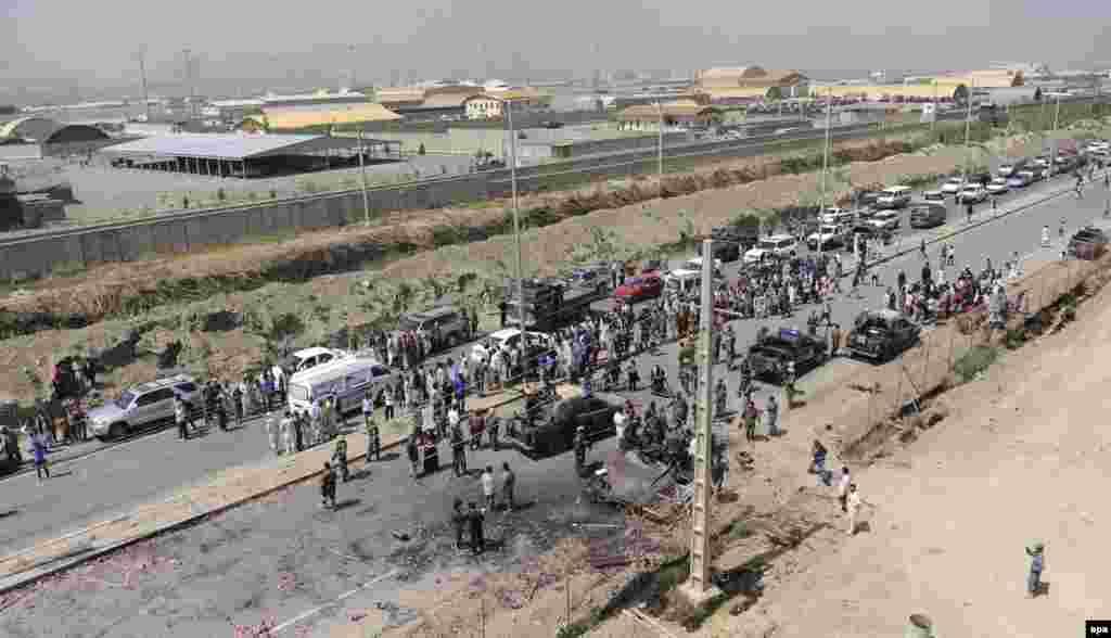 17 шілде күні таңертең Кабул халықаралық әуежайына шабуыл жасалғаны хабарланды. Ауғанстан ішкі істер министрлігініңхабарлауынша, әуежайдағы салынып жатқан ғимаратты басып алған қарулы топ автоматтар мен гранатометтерден атқылаған. Кабул әуежайының қасында НАТО әскери базасы орналасқан. Осының қарсаңында Ауғанстанның шығысындағы Пактика провинциясында базардағы террорлық жарылыстан ондаған адам мерт болған еді. Суретте: Ауғанстан қауіпсіздік күштері Кабул халықаралық әуежайы маңында тұр. 17 шілде 2014 жыл.