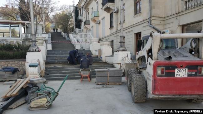 На Таврическую лестницу вернули старые ступени из диабаза