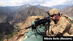 Lunetistul american Edward Bachar la postul de observație Maxe, în provincia afgană Kunar, din apropiere de granița cu Pakistanul, 29 august 2011.