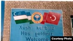 Özbegistanda ozalky türk liseýiniň girişindäki ýazgy