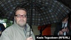 Құқық қорғаушы және журналист Андрей Свиридов Ratel.kz сотынан кейін. Алматы, 28 мамыр 2018 жыл