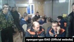 """Рабочие предприятия """"Мостдорстрой"""", бастующие из-за долгов по зарплате"""
