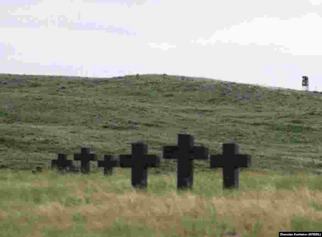 Захоронения в степи близ Спасского кладбища военнопленных и репрессированных. Карагандинская область, 31 мая 2011 года. - Захоронения в степи близ Спасского кладбища военнопленных и репрессированных. Карагандинская область, 31 мая 2011 года.