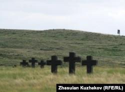 Захоронения в степи близ Спасского кладбища военнопленных и репрессированных. Карагандинская область, 31 мая 2011 года.