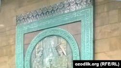 Рабочие метрополитена покрасили голубую керамику обыкновенной масляной краской.
