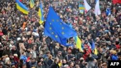 Прапор ЄС під час Віче на Майдані Незалежності, 25 листопада 2013 року (архівне фото)