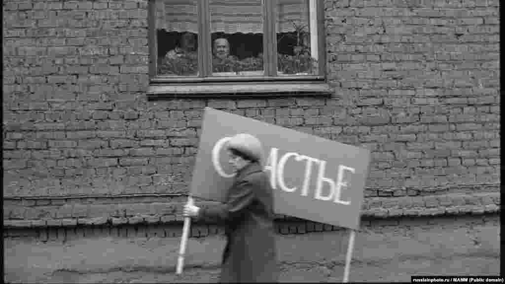 Женщина, спешащая на первомайскую демонстрацию, Новокузнецк, 1983 год