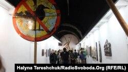 Відвідувачі виставки «Чайка. Ремінісценція 1992-2017» в мистецькій галереї «Дзиґа» у Львові
