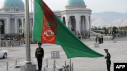 Türkmenistanyň döwlet baýdagy, Aşgabat