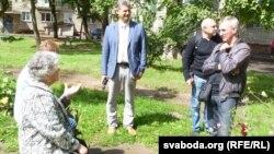 Размова з жыхарамі ў двары Кастрычніцкай вуліцы