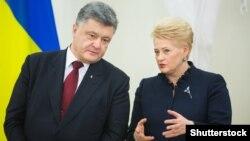 Президент Литви Даля Ґрібаускайте (праворуч) із президентом України Петром Порошенком, архівне фото (©Shutterstock)