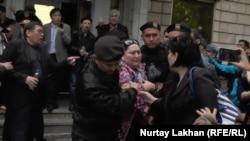 Поліція затримує активістів, які прийшли на прес-конференцію «із земельного питання» Алмати, 29 квітня 2016 року