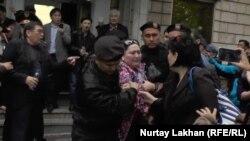 Полиция задерживает активистов, пришедших на пресс-конференцию «по земельному вопросу». Алматы, 29 апреля 2016 года