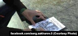 Сергей Захаров рисует удостоверение кандидата в мэры Мариуполя