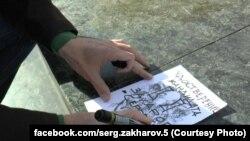 Сергій Захаров малює посвідчення кандидата в мери Маріуполя