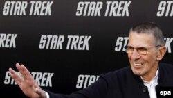 لئونارد نیموی، بازیگر نقش کاپیتان اسپاک، در شب نخستین نمایش از آخرین فیلم پیشتازان فضا در سال ۲۰۰۹