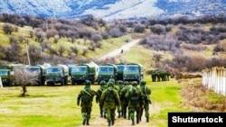 Иллюстрационное фото. Российские военные в крымском селе Перевальное, 5 марта 2014 года