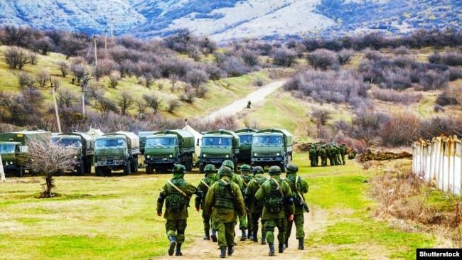 Оккупация украинского Крыма. Российские военные в селе Перевальное, 5 марта 2014 года