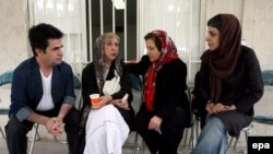 از راست: پروین اردلان (فعال حقوق زنان)، شیرین عبادی، سیمین بهبهانی (شاعر)، و جعفر پناهی (کارگردان) در دفتر کانون مدافعان حقوق بشر. (عکس: EPA)