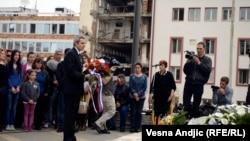 Andreja Mladenović polaže cveće na spomen obeležje stradalim radnicima RTS-a, Beograd, 23. april 2014., foto: Vesna Anđić