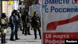 Симфереполдун көчөлөрүндөгү аскерлер, Крым, 17-март, 2014