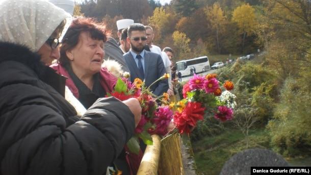 Porodice ubijenih spustili su cveće u Lim
