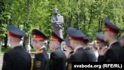 Сувораўцы каля помніка Максіму Багдановічу