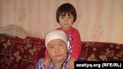 Жительница Усть-Каменогорска Батима Темирханова с внучкой. 4 ноября 2014 года.