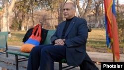 Лидер оппозиционной партии «Наследие» начал голодовку на площади Свободы в Ереване, 15 марта 2011 г.