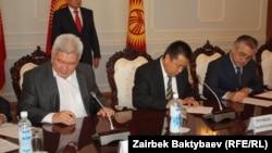 """Лидеры депутатских фракций подписывают соглашение о создании коалиции """"Ырыс алды - ынтымак"""". 3 сентября 2012 года."""