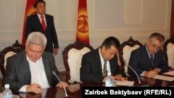 """Лидеры партий """"Ар-Намыс"""", """"Ата-Мекен"""" и социал-демократов подписывают соглашение о новой правящей коалиции, 3 сентября 2012 года."""