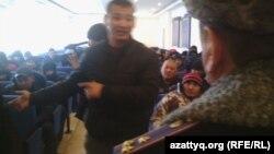 Жалақыларын даулаған жұмысшылар қалалық ішкі істер департаментінде полиция басшыларымен кездесіп тұр. Астана, 15 желтоқсан 2014 жыл.